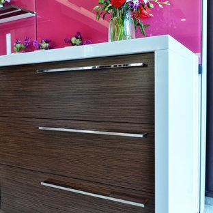 シカゴのコンテンポラリースタイルのおしゃれなII型キッチン (フラットパネル扉のキャビネット、中間色木目調キャビネット、ピンクのキッチンパネル、ガラス板のキッチンパネル、アイランドなし) の写真
