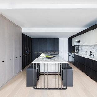 Imagen de cocina contemporánea, de tamaño medio, con fregadero de un seno, armarios con paneles lisos, puertas de armario negras, encimera de mármol, salpicadero blanco, salpicadero de mármol, suelo de madera clara, una isla y suelo beige
