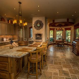 Geräumige Urige Wohnküche mit Landhausspüle, Schränken im Used-Look, Granit-Arbeitsplatte, Küchengeräten aus Edelstahl, Travertin, Kücheninsel, Lamellenschränken und Rückwand aus Steinfliesen in Denver