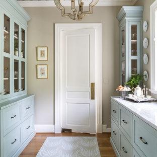 Пример оригинального дизайна интерьера: маленькая параллельная кухня в классическом стиле с кладовкой, фасадами с декоративным кантом, синими фасадами, столешницей из кварцита, паркетным полом среднего тона и коричневым полом без острова