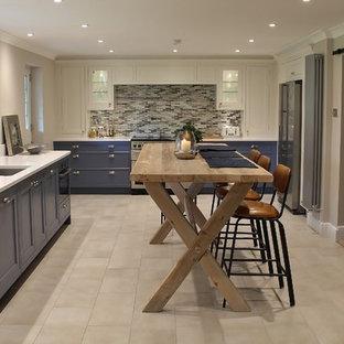 Inspiration för ett vintage kök, med en undermonterad diskho, luckor med infälld panel, blå skåp, stänkskydd i stickkakel och rostfria vitvaror
