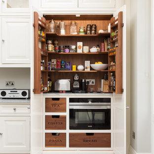 Идея дизайна: кухня в классическом стиле с кладовкой, фасадами с выступающей филенкой и белыми фасадами