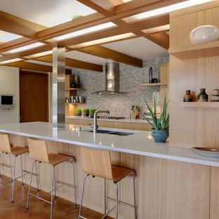 Idéer för att renovera ett 60 tals kök, med en dubbel diskho, släta luckor, skåp i ljust trä och flerfärgad stänkskydd