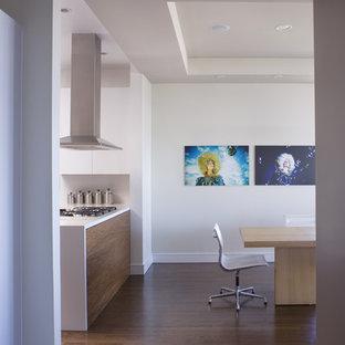 Ispirazione per una cucina abitabile minimalista con ante lisce e ante bianche