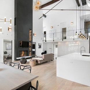 Идея дизайна: кухня в современном стиле с врезной раковиной, плоскими фасадами, белыми фасадами и светлым паркетным полом