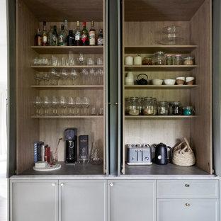 Foto på ett mellanstort minimalistiskt grå kök, med en undermonterad diskho, skåp i shakerstil, gröna skåp, bänkskiva i koppar, grått stänkskydd, stänkskydd i sten, rostfria vitvaror, mörkt trägolv, en köksö och svart golv