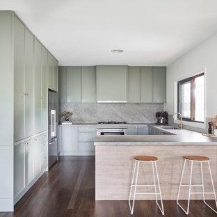 Foto på ett mellanstort skandinaviskt grå kök, med en undermonterad diskho, skåp i shakerstil, gröna skåp, bänkskiva i koppar, grått stänkskydd, stänkskydd i sten, rostfria vitvaror, mörkt trägolv, en köksö och svart golv