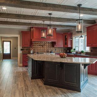 Große Klassische Küche mit Kassettenfronten, roten Schränken, Küchengeräten aus Edelstahl und Kücheninsel in Sonstige