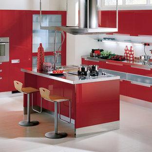 Kleine Moderne Wohnküche in L-Form mit Doppelwaschbecken, profilierten Schrankfronten, roten Schränken, Edelstahl-Arbeitsplatte, Küchenrückwand in Weiß, Glasrückwand, Küchengeräten aus Edelstahl, gebeiztem Holzboden und zwei Kücheninseln in Melbourne