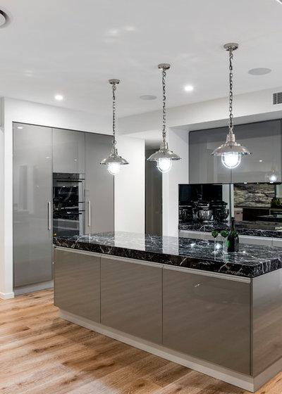 Современный Кухня by Enigma Interiors