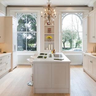 ロンドンのトラディショナルスタイルのおしゃれなキッチン (シェーカースタイル扉のキャビネット、淡色無垢フローリング) の写真