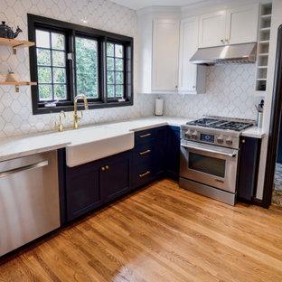Idéer för ett stort amerikanskt vit kök och matrum, med en rustik diskho, skåp i shakerstil, blå skåp, marmorbänkskiva, vitt stänkskydd, stänkskydd i porslinskakel, rostfria vitvaror och ljust trägolv