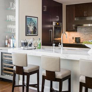 Idéer för stora funkis kök, med rostfria vitvaror, skåp i shakerstil, skåp i mörkt trä, marmorbänkskiva, grått stänkskydd, stänkskydd i glaskakel och en köksö