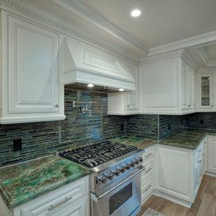 ロサンゼルスの広いトラディショナルスタイルのおしゃれなキッチン (エプロンフロントシンク、レイズドパネル扉のキャビネット、白いキャビネット、御影石カウンター、緑のキッチンパネル、ボーダータイルのキッチンパネル、シルバーの調理設備、淡色無垢フローリング、ベージュの床、緑のキッチンカウンター) の写真
