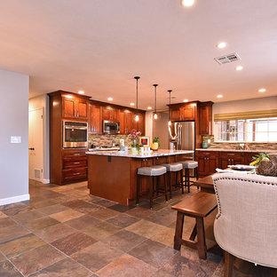 フェニックスの中サイズのトランジショナルスタイルのおしゃれなキッチン (シングルシンク、シェーカースタイル扉のキャビネット、中間色木目調キャビネット、マルチカラーのキッチンパネル、シルバーの調理設備) の写真