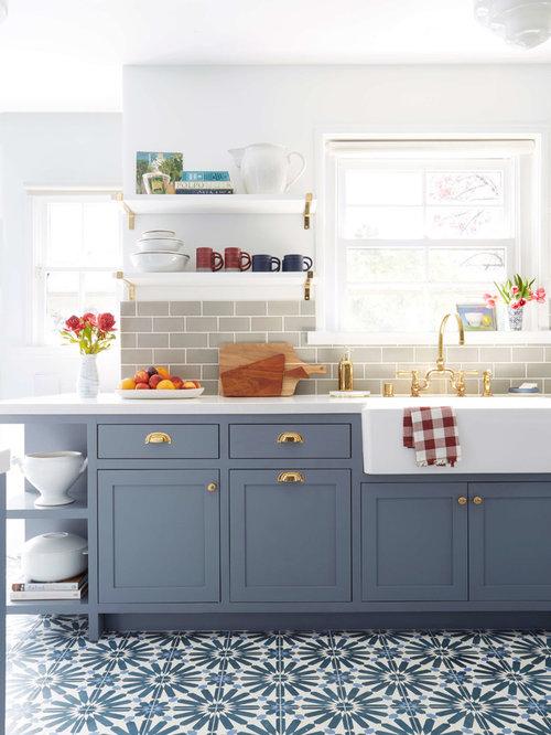 Cucina con ante blu e pavimento con cementine - Foto e Idee per ...