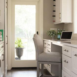 Klassisk inredning av ett mellanstort kök, med brunt golv, en undermonterad diskho, skåp i shakerstil, skåp i mellenmörkt trä, bänkskiva i kvarts, vitt stänkskydd, stänkskydd i keramik, rostfria vitvaror, mellanmörkt trägolv och en köksö