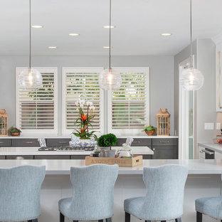 Große Klassische Küche mit Unterbauwaschbecken, Schrankfronten im Shaker-Stil, Quarzwerkstein-Arbeitsplatte, Rückwand aus Marmor, Porzellan-Bodenfliesen, beigem Boden, grauen Schränken, Küchengeräten aus Edelstahl, Halbinsel und weißer Arbeitsplatte in San Diego