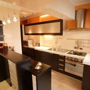 ロンドンの小さいエクレクティックスタイルのおしゃれなキッチン (シングルシンク、フラットパネル扉のキャビネット、濃色木目調キャビネット、人工大理石カウンター、ベージュキッチンパネル、セラミックタイルのキッチンパネル、シルバーの調理設備、大理石の床) の写真
