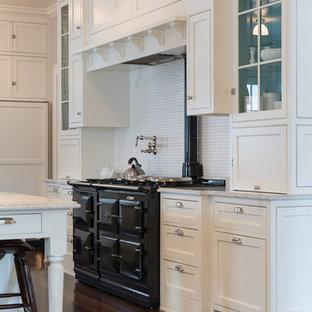 シカゴの大きいトラディショナルスタイルのおしゃれなキッチン (アンダーカウンターシンク、フラットパネル扉のキャビネット、白いキャビネット、木材カウンター、白いキッチンパネル、石タイルのキッチンパネル、無垢フローリング) の写真