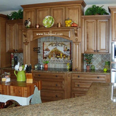 Traditional Kitchen by Linda Paul