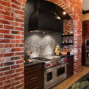 Inredning av ett klassiskt kök, med grått stänkskydd och stänkskydd i mosaik