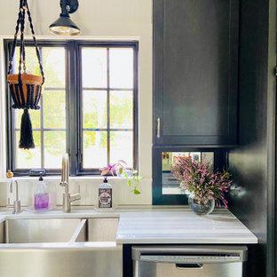 Mittelgroße Klassische Wohnküche mit Landhausspüle, Schrankfronten im Shaker-Stil, schwarzen Schränken, Marmor-Arbeitsplatte, Rückwand aus Spiegelfliesen, Küchengeräten aus Edelstahl, Korkboden, Kücheninsel, buntem Boden und grauer Arbeitsplatte in Providence