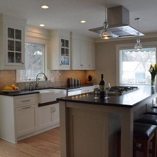 ミネアポリスの中サイズのモダンスタイルのおしゃれなキッチン (エプロンフロントシンク、白いキャビネット、グレーのキッチンパネル、サブウェイタイルのキッチンパネル、シルバーの調理設備の、淡色無垢フローリング、ソープストーンカウンター、シェーカースタイル扉のキャビネット) の写真