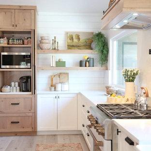 Свежая идея для дизайна: большая угловая кухня в стиле современная классика с фасадами в стиле шейкер, белыми фасадами, столешницей из кварцевого агломерата, белым фартуком, фартуком из кварцевого агломерата, белой техникой, полом из ламината, серым полом и белой столешницей - отличное фото интерьера