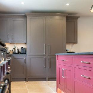 Zweizeilige, Geräumige Klassische Wohnküche mit Einbauwaschbecken, Schrankfronten mit vertiefter Füllung, braunen Schränken, Quarzit-Arbeitsplatte, Elektrogeräten mit Frontblende, Terrakottaboden, Kücheninsel, beigem Boden und grauer Arbeitsplatte in Hertfordshire
