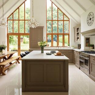 Idéer för mellanstora lantliga kök och matrum, med skåp i shakerstil, en köksö, bruna skåp och rostfria vitvaror