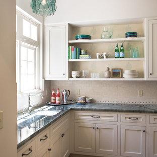 ロサンゼルスの地中海スタイルのおしゃれなL型キッチン (アンダーカウンターシンク、インセット扉のキャビネット、ベージュのキャビネット、ベージュキッチンパネル) の写真