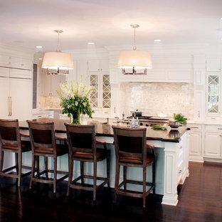 Ejemplo de cocina en U, clásica, con encimera de madera, armarios con paneles con relieve, puertas de armario blancas, salpicadero de losas de piedra, salpicadero blanco y electrodomésticos con paneles