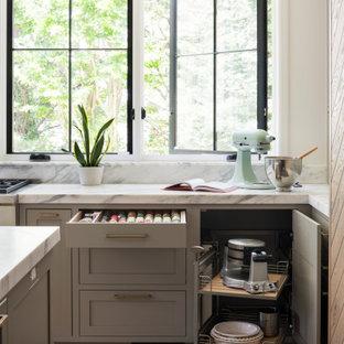 Offene, Große Klassische Küche in L-Form mit Unterbauwaschbecken, Schrankfronten im Shaker-Stil, hellen Holzschränken, Marmor-Arbeitsplatte, Küchenrückwand in Weiß, Rückwand aus Marmor, Küchengeräten aus Edelstahl, hellem Holzboden, Kücheninsel, beigem Boden und weißer Arbeitsplatte in New York