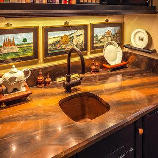 シカゴのアジアンスタイルのおしゃれなキッチン (アンダーカウンターシンク、落し込みパネル扉のキャビネット、緑のキャビネット) の写真