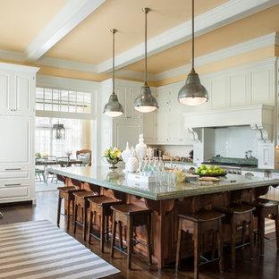 Geschlossene, Große Klassische Küche in U-Form mit profilierten Schrankfronten, weißen Schränken, Küchenrückwand in Weiß, dunklem Holzboden, Kücheninsel, braunem Boden, Marmor-Arbeitsplatte, Rückwand aus Keramikfliesen, Elektrogeräten mit Frontblende und grüner Arbeitsplatte in New York