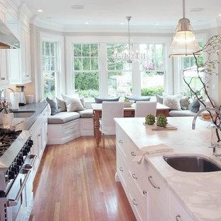 ニューヨークのトラディショナルスタイルのおしゃれなキッチン (白いキッチンカウンター) の写真