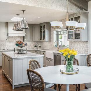 Удачное сочетание для дизайна помещения: угловая кухня - столовая в классическом стиле с раковиной в стиле кантри, фасадами в стиле шейкер, серыми фасадами, серым фартуком, техникой из нержавеющей стали, темным паркетным полом, островом и коричневым полом - самое интересное для вас