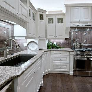 他の地域の大きいヴィクトリアン調のおしゃれなキッチン (ドロップインシンク、白いキャビネット、御影石カウンター、茶色いキッチンパネル、シルバーの調理設備の、無垢フローリング) の写真
