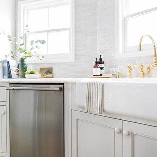 Kleine Klassische Wohnküche in U-Form mit weißen Schränken, Marmor-Arbeitsplatte, Küchenrückwand in Weiß, Rückwand aus Terrakottafliesen, Küchengeräten aus Edelstahl, hellem Holzboden, Kücheninsel und Schrankfronten mit vertiefter Füllung in Boston