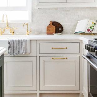 サンフランシスコの小さいトランジショナルスタイルのおしゃれなキッチン (ドロップインシンク、落し込みパネル扉のキャビネット、白いキャビネット、大理石カウンター、白いキッチンパネル、テラコッタタイルのキッチンパネル、シルバーの調理設備の、無垢フローリング) の写真