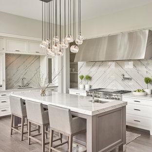 Exempel på ett klassiskt grå grått l-kök, med en enkel diskho, vita skåp, bänkskiva i kvartsit, rostfria vitvaror, mörkt trägolv, skåp i shakerstil, vitt stänkskydd, en köksö, grått golv och stänkskydd i sten