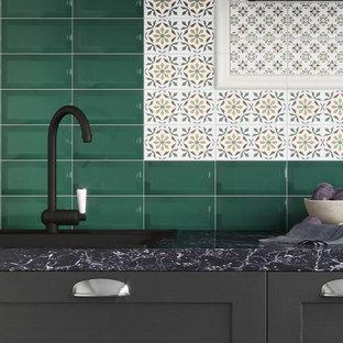 デヴォンのトラディショナルスタイルのおしゃれなキッチン (緑のキッチンパネル、サブウェイタイルのキッチンパネル) の写真