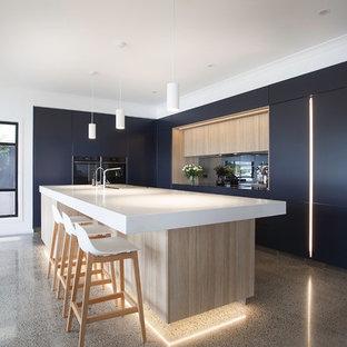 Inspiration för ett stort funkis vit vitt kök, med en dubbel diskho, släta luckor, bänkskiva i kvarts, spegel som stänkskydd, svarta vitvaror, betonggolv, en köksö, svarta skåp och grått golv
