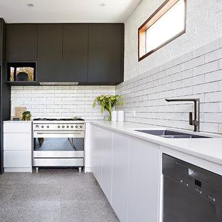 Modelo de cocina comedor en U, contemporánea, grande, con fregadero bajoencimera, salpicadero blanco, electrodomésticos de acero inoxidable, suelo de terrazo, una isla, suelo multicolor y encimeras blancas