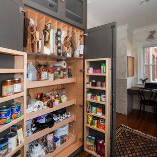 Inspiration pour une arrière-cuisine traditionnelle avec des portes de placard grises.