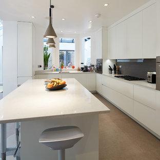 ロンドンの広いコンテンポラリースタイルのおしゃれなキッチン (ドロップインシンク、フラットパネル扉のキャビネット、白いキャビネット、大理石カウンター、グレーのキッチンパネル、テラコッタタイルのキッチンパネル、シルバーの調理設備、磁器タイルの床、グレーの床、白いキッチンカウンター) の写真