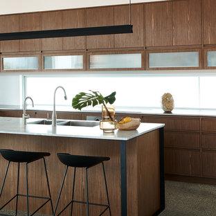 Zweizeilige Moderne Küche mit Doppelwaschbecken, flächenbündigen Schrankfronten, hellbraunen Holzschränken, Marmor-Arbeitsplatte, Rückwand-Fenster, Terrazzo-Boden, Kücheninsel, grauem Boden und weißer Arbeitsplatte in Sydney