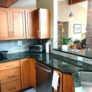 Ejemplo de cocina moderna, grande, con fregadero bajoencimera, armarios con paneles con relieve, puertas de armario de madera clara, encimera de granito, suelo de baldosas de porcelana y encimeras verdes