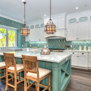 Foto di una grande cucina tradizionale con ante bianche, top in marmo, paraspruzzi con piastrelle di cemento, elettrodomestici in acciaio inossidabile, pavimento marrone, ante in stile shaker, parquet scuro e paraspruzzi blu